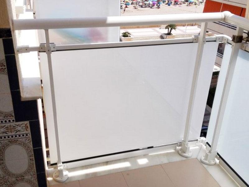 Balcón con barandilla de cristal